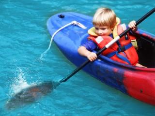 bambino-sulla-canoa
